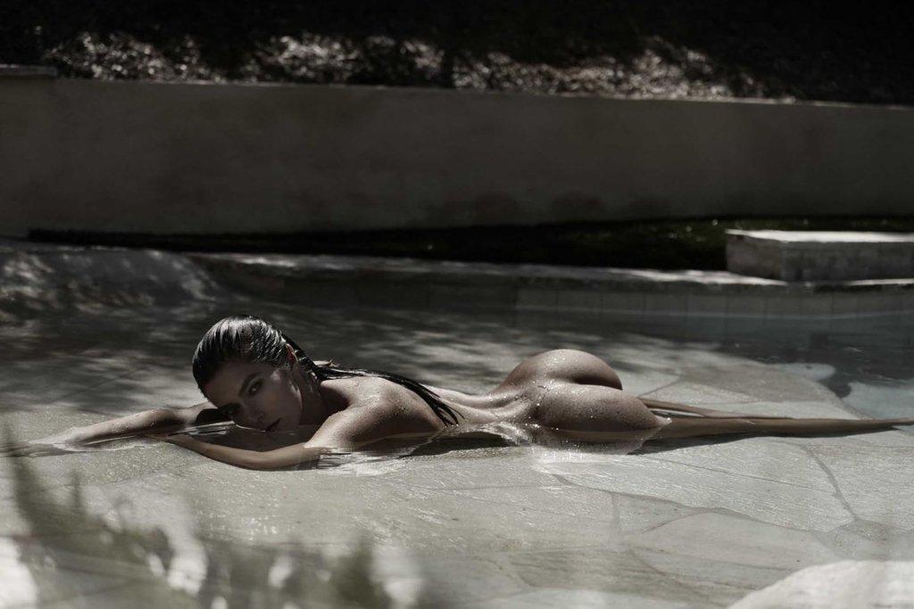 sexy boudoir water shoot Las Vegas by Caroline Malouf
